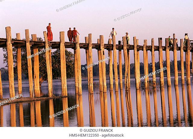 Burma (Myanmar), surroundings of Mandalay, Amarapura, the U Bein teak bridge crosses the Taungthaman lake