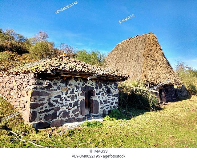 Teito (typical dwelling) and cabin, Braña de Tuiza, Ubiñas-La Mesa Natural Park and Biosphere Reserve, Teverga municipality, Asturias. Spain