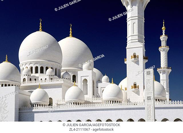 The white marble domes and a minaret of the mosque. United Arab Emirates, UAE, Abu Dhabi, Sheikh Zayed Grand Mosque