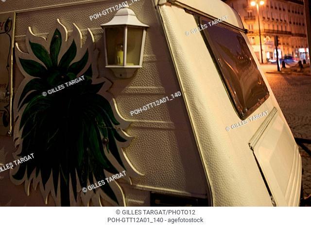 france, ile de france, paris, 14e arrondissement, nuit, matin, place denfert rochereau, caravane de voyante,  Date : decembre 2012 Photo Gilles Targat