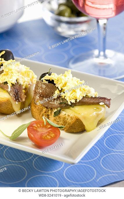 montadito de anchoa, queso manchego y aceitunas