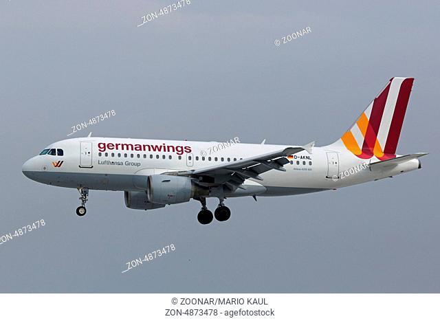 Ein zweistrahliges Verkehrsflugzeug vom Typ Airbus A319-112 ( D-AKNL ) der Fluggesellschaft Germanwings landet am Flughafen Dresden - Klotzsche