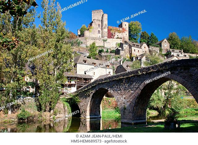 France, Aveyron, Belcastel, labelled Les Plus Beaux Villages de France the Most Beautiful Villages of France, the old bridge, 15th century and the castle