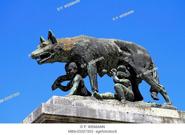 Italy, Tuscany, Siena, bronze sculpture, Wölfin nurses Romulus and Remus, city wall