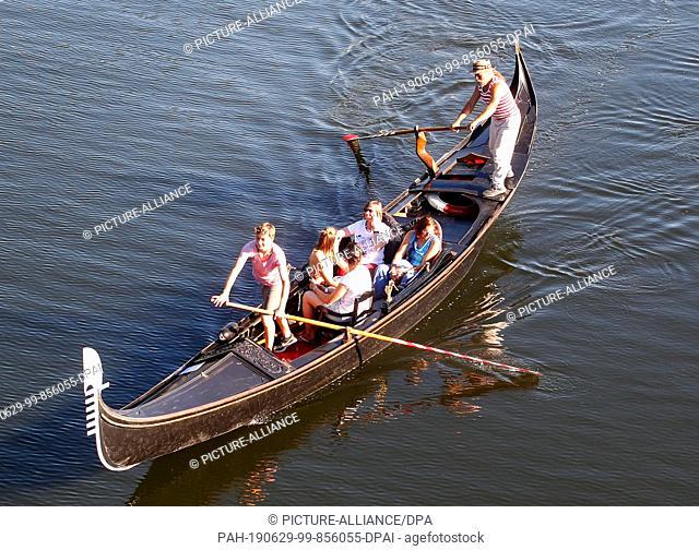 29 June 2019, North Rhine-Westphalia, Mülheim: With a Venetian gondola Ralpf-Peter Stumme drives visitors of the extra shift a bit over the Ruhr