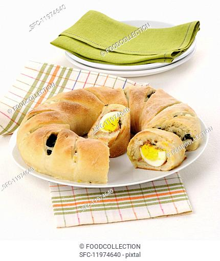 Ciambella ripiena (wreath bread with an egg and spinach filling, Italy)