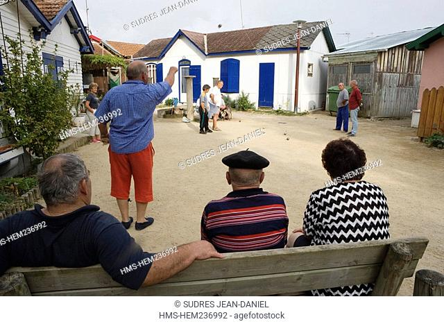 France, Gironde, Bassin d'Arcachon, L'Herbe, sheds of the oyster-farming village, bowls players