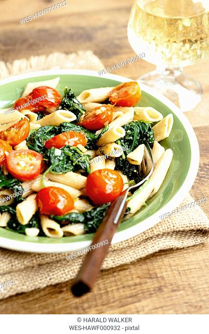 Wholegrain Penne Pasta with Spinach, Garlic and Tomatoes