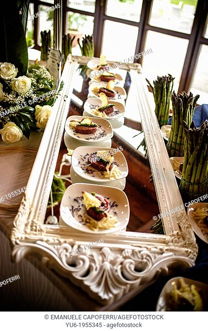 Large mirror with plates of tartar
