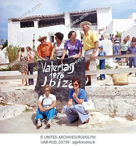 Vatertag am Strand Las Salinas auf Ibiza, Ibiza 1976. Father's Day at the beach Las Salinas on the island of Ibiza, Ibiza 1976