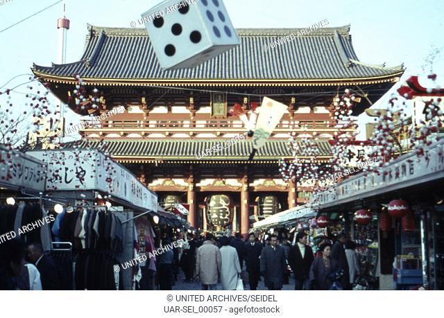 Menschen auf dem Markt gegenüber vom Asakusa Tempel in Tokio, Japan 1960er Jahre. People on a market vis-a-vis the Asakusa temple at Tokyo, Japan 1960s