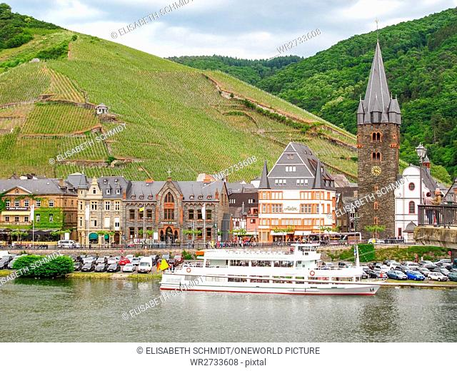 Germany, Rhineland-Palatinate, Bernkastel-Kues, On the Mosel steep path, Medieval city on the Moselle with tower and vineyards