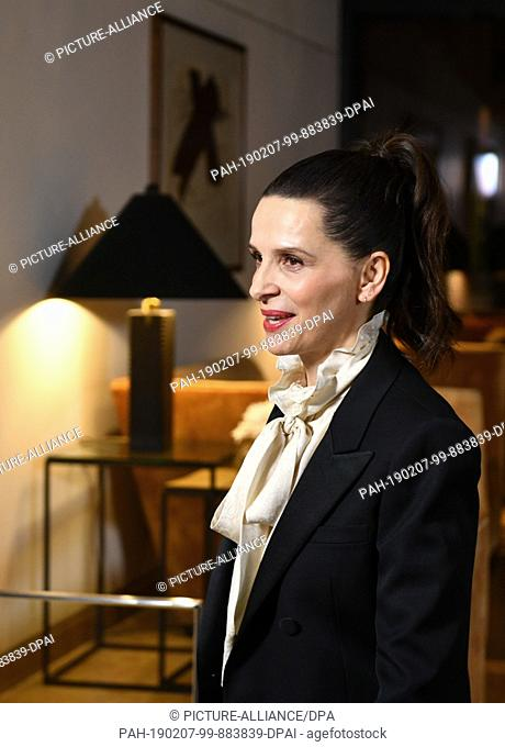 06 February 2019, Berlin: Juliette Binoche, French actress and jury president of the Berlinale, comes to the Hotel Mandala for a jury dinner before the start of...