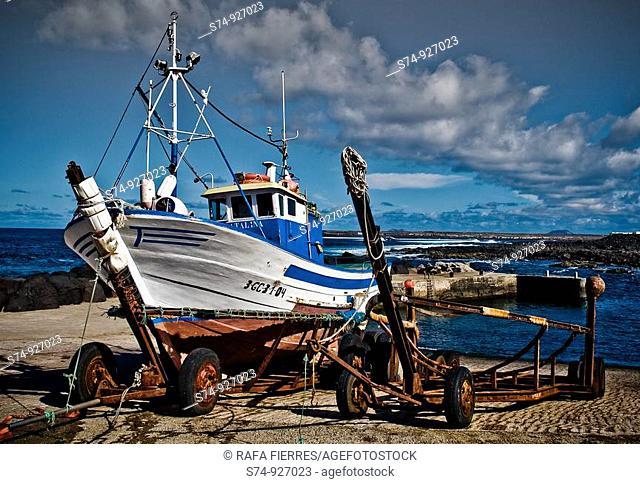 Hombre faenando en puerto pesquero en la Isla de Lanzarato, Islas Canarias, España