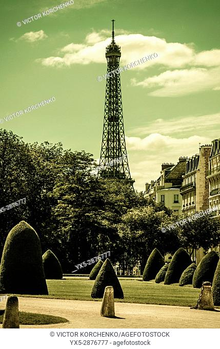 Eiffel tower as seen from Les Invalides front yard garden