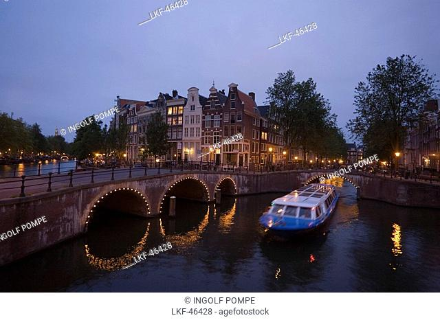 Boat, Keizersgracht, Leidsegracht, A leisure boat passing a stonebridge during a sightseeing tour in the evening, Keizersgracht and Leidsegracht, Amsterdam
