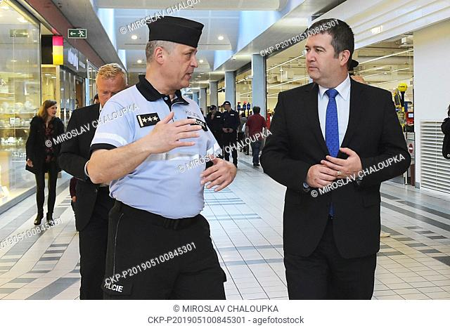 Mixed police patrols comprising Czech, Slovak, Polish, Bulgarian and Romanian officers will guard the industrial zones in the Czech regions with the most...