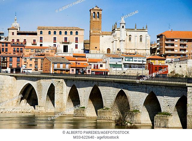 Bridge over Duero river. Palacio del Tratado (left) and Church of San Antolín. Tordesillas. Valladolid province. Castilla y Leon. Spain