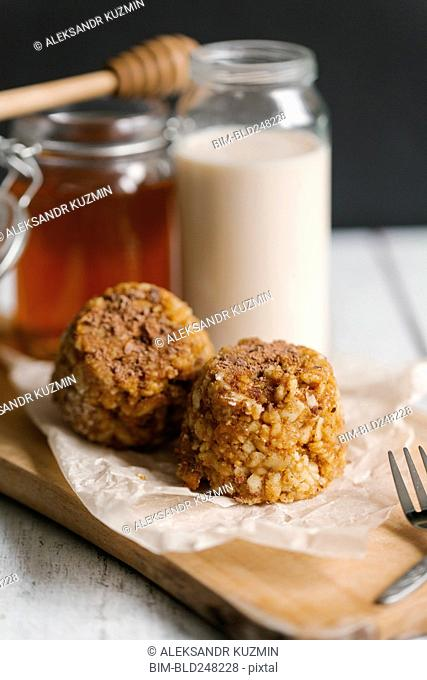 Dessert cakes with milk and honey