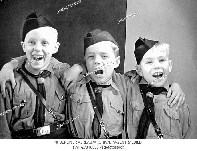 Singin boys from the German Youth in uniform. Date and location unknown. - Unbekannt/Germany