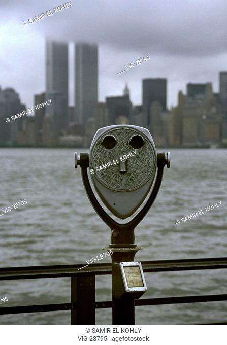 Binoculars, in the background the skyline with World Trade Center in Manhattan. - NEW YORK, VEREINIGTE STAATEN VON AMERIKA, 15/07/1996