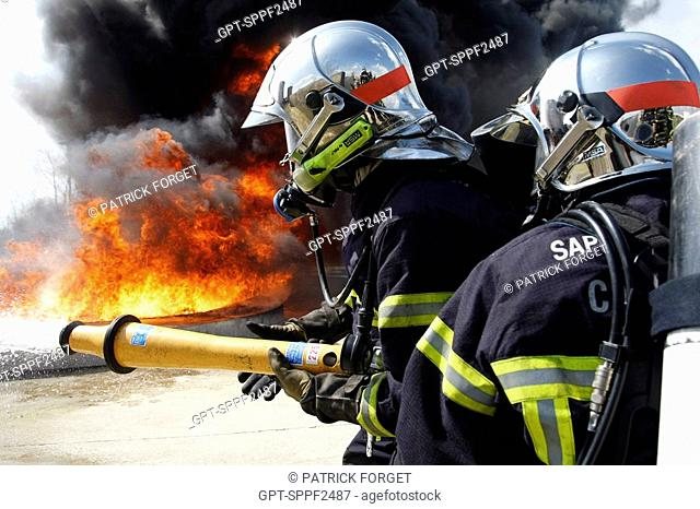 FIREFIGHTERS IN ACTION, TRAINING IN THE EXTINGUISHING OF HYDROCARBON FIRES, DEPARTMENTAL FIREFIGHTERS SCHOOL OF THE SDIS61, ALENCON, ORNE 61, FRANCE