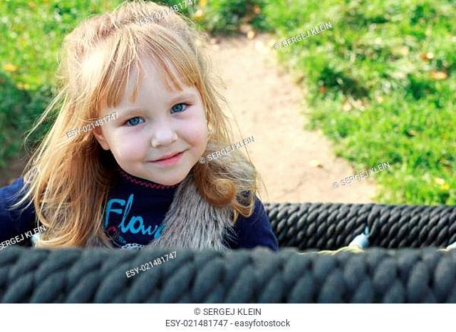 Ein Mädchen im Schaukelkorb