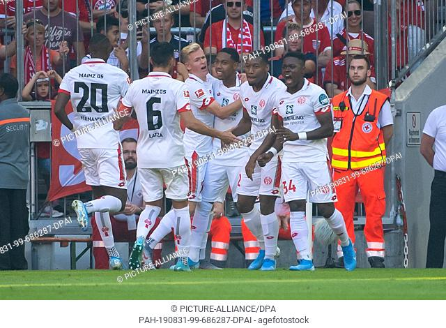 31 August 2019, Bavaria, Munich: Soccer: Bundesliga, Bayern Munich - FSV Mainz 05, Matchday 3 in the Allianz Arena. The players of Mainz cheer for the goal to...