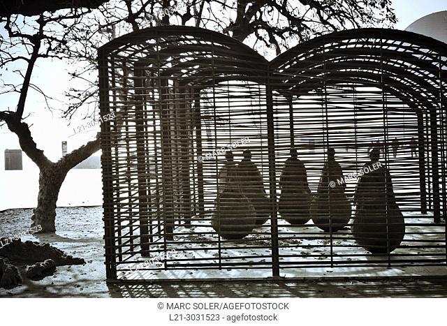 'Una habitacion donde siempre llueve' (A room were it always rains). Sculpture by Juan Muñoz. Plaça del Mar, Barceloneta, Barcelona, Catalonia, Spain