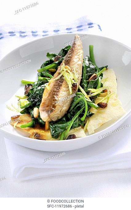 Sgombro con spinaci e pane carasau (mackerel with spinach on a slice of bread, Italy)