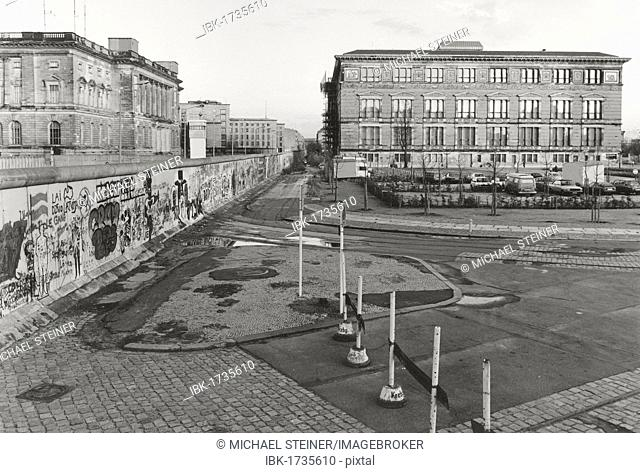 View over the Berlin Wall in 1985, Martin Gropius Building on the west side, today's House of Representatives, on the east side, the Berlin Wall