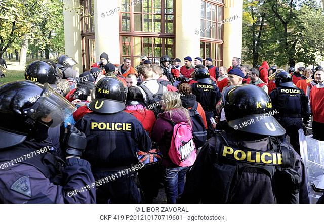 Czech and German police have trained an intervention during the march of right-wing radicals, which is attacked by the anarchists There were 565 people helping...