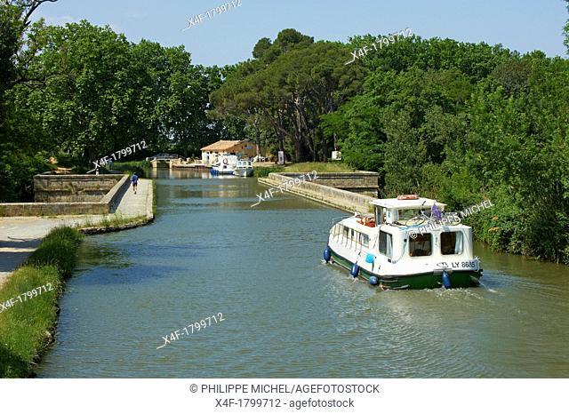 France, Languedoc-Roussillon, Aude 11, canal bridge of Cesse on the Canal du Midi
