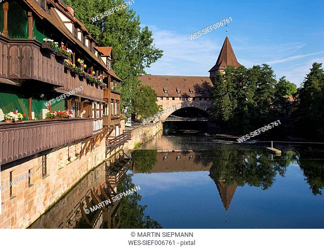 Germany, Nuremberg, Kettensteg and Fronveste with Schlayerturm at Pegnitz River