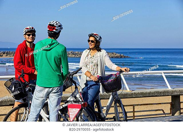 Group of tourists and guide making a bicycle tour through the city, Zurriola Beach, Gros, Donostia, San Sebastian, Gipuzkoa, Basque Country, Spain, Europe