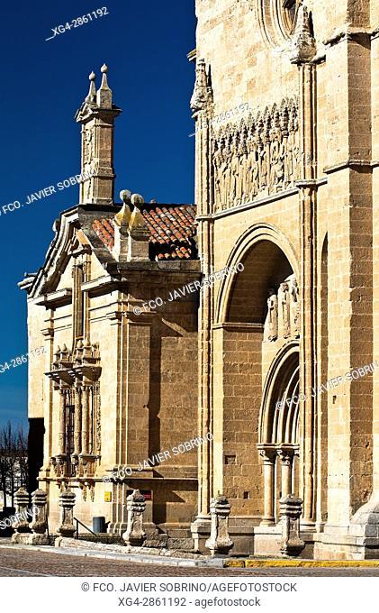Puerta de las Cadenas, de estilo románico en transición al gótico - Catedral de Santa María - Ciudad Rodrigo - Salamanca - Castilla-León - España - Europa