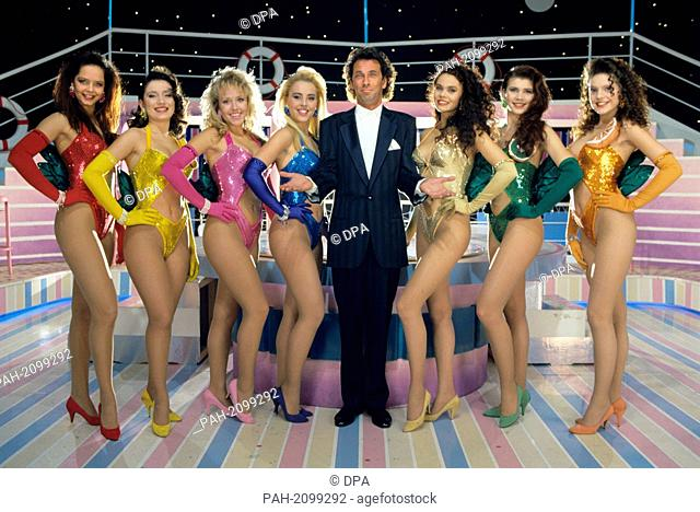 """Presenter of the """"""""Tutti Frutti"""""""" show, Hugo Egon Balder, and beautiful women who will undress in the second season of the erotic show. - /Germany"""