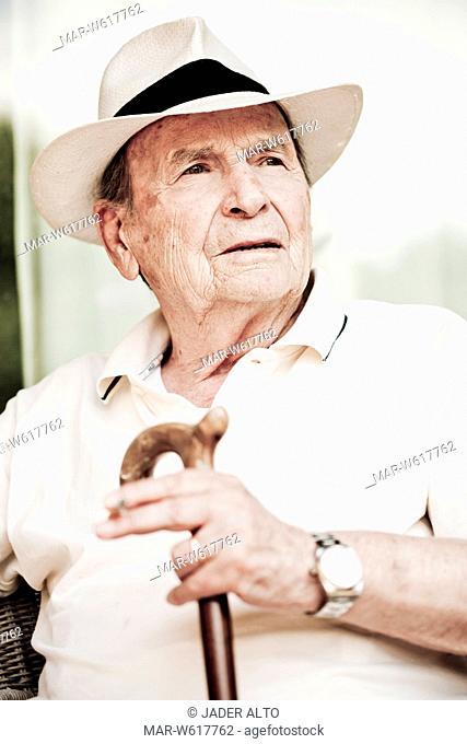uomo anziano con un bastone da passeggio