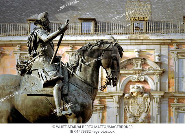 Statue of Felipe III, Plaza Mayor, Casa de la Panaderia in the back, Madrid, Spain, Europe