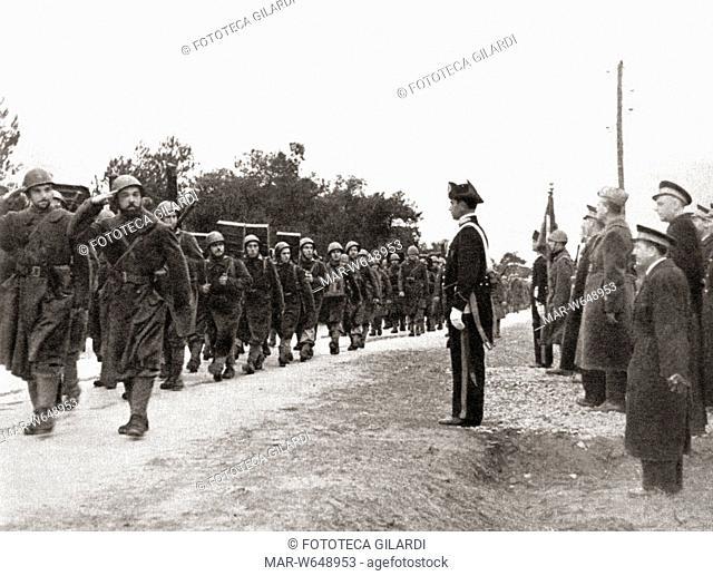 SECONDA GUERRA MONDIALE Battaglione San Marco, parte del Corpo di Liberazione Italiano, sfila davanti al comando militare, 1943 -1944