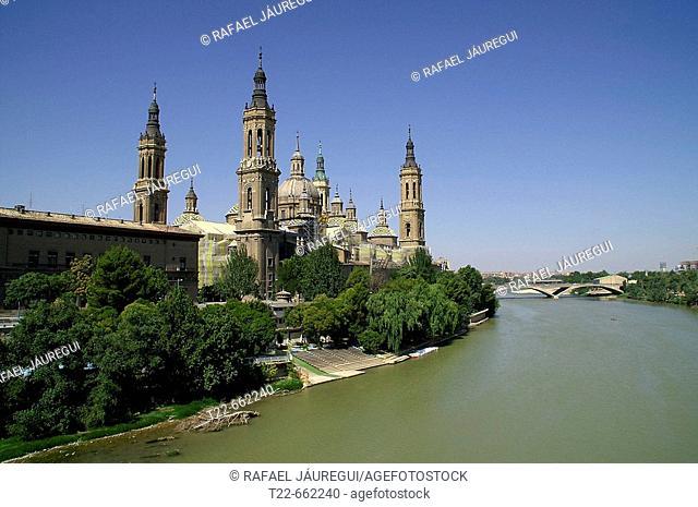 Basilica of Nuestra Señora del Pilar and Ebro river, Zaragoza. Aragón, Spain