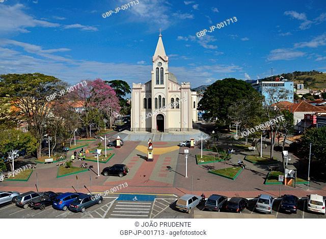 Vista de cima da Igreja Matriz São José, Praça Getúlio Vargas, centro, da cidade o município faz parte do roteiro religioso Caminho da Fé que liga as cidades de...