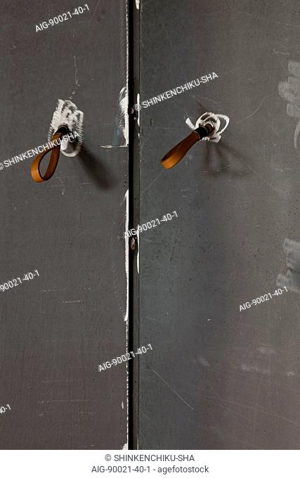 Sakura flat, Private House, Close-up of the handles of the pivoting black iron partition