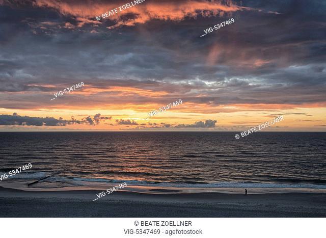 DEUTSCHLAND, KAMPEN/SYLT, Farbenfroher Sonnenuntergang über der Nordsee vor der Insel Sylt - Blick vom Roten Kliff in Kampen - Kampen/Sylt, Schleswig-Holstein