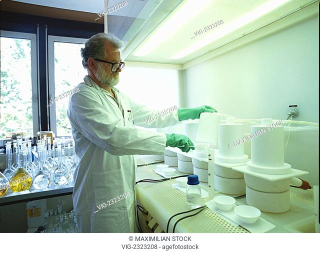 CHEMICAL LABORATORY. RESEARCHER PREPARING A SAMPLE OF HIGH PURITY CHEMICALS FOR THE ANALYSIS UNDER TEFLON BELLS. - 01/01/2010