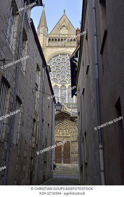 etroite rue de La Fruiterie avec, en arriere-plan, la facade Sud de la Cathedrale Notre-Dame de Chartres,Eure et Loir,region Centre,France
