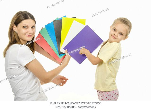 girl shows girl pictures with flowers, and the girl said what color the pictures