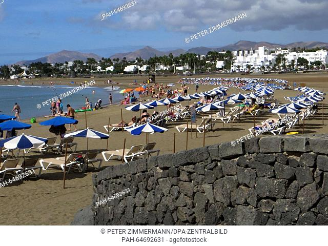 Tourists enjoy the sun on the sand beach of Puerto del Carmen on the Canary Island Lanzarote, Spain, 08 October 2015. Photo:Peter Zimmermann - NOWIRESERVICE...