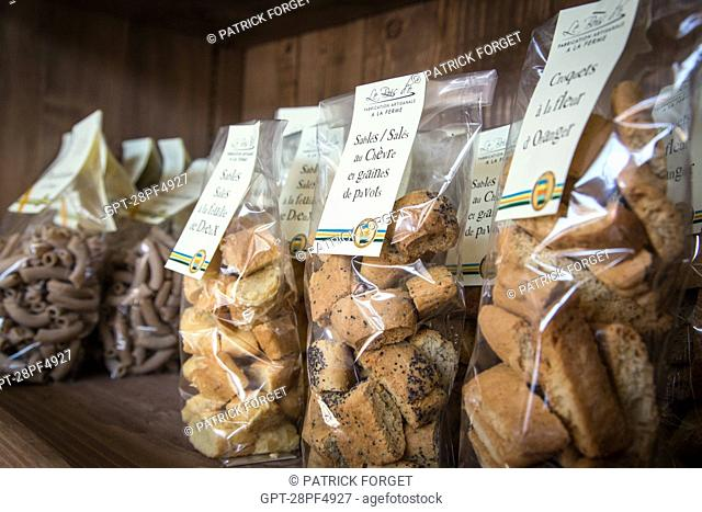 SHORTBREAD BISCUITS WITH GOAT'S CHEESE AND POPPY SEEDS, FOOD PRODUCTS LABELLED TERRES D'EURE-ET-LOIR, SHELF IN THE SHOP 'LE MARCHE GOURMAND DE MAITRE COCHON'