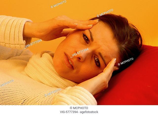 Eine junge Frau hat Kopfschmerzen, 2006 - Hamburg, Germany, 07/12/2006